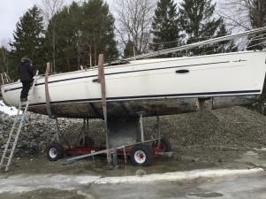 Utbrent båtvrak som behandles på Fagerstrand