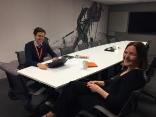 I Talent-stafettpinnen så intervjuer talentene hverandre. Her Eivind (#2) & Christine (#3)