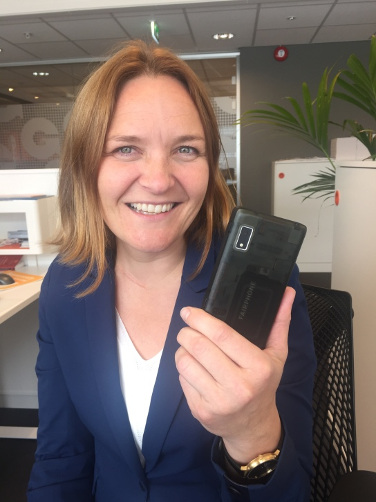 She walks the talk. Her med sin nye Fairphone - markedets mest sirkulære telefon.